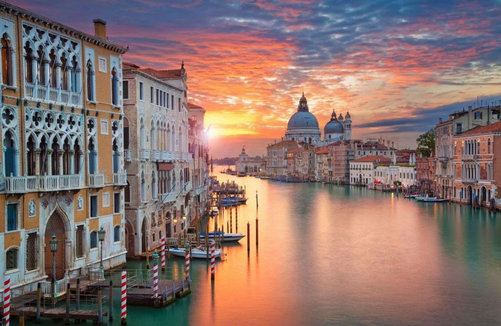 One of the prettiest cities in Italy is Venice.