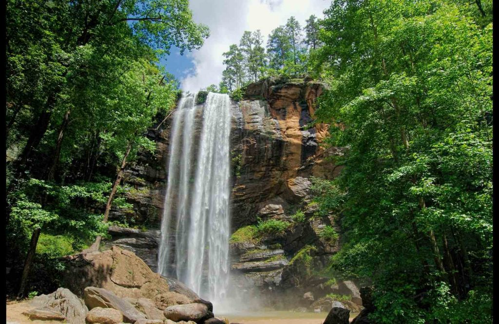 The list of prettiest towns in Georgia includes Toccoa.